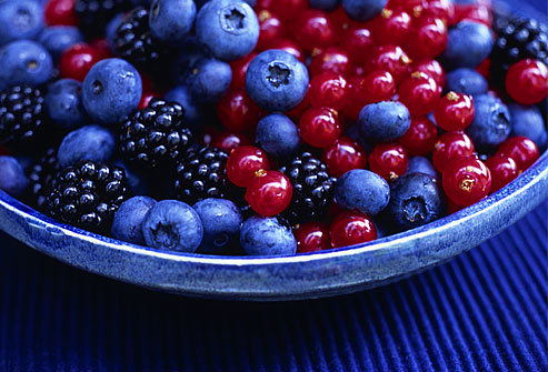 getty rm photo of blackberries blueberries and currants - 16 روش سفید کردن دندان