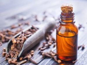 clove oil which is used for toothache 300x226 - روغن گل میخک برای دندان درد موثر است؟