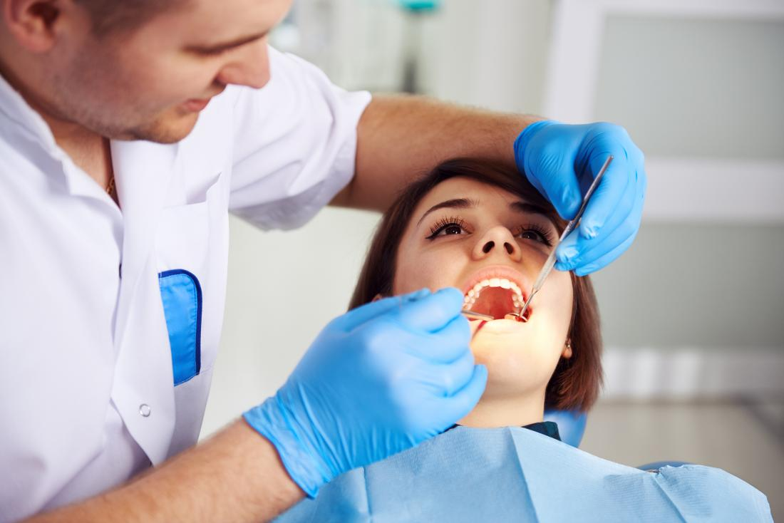 dentist analysing a cracked tooth - چطور متوجه دندان ترک خورده شویم؟